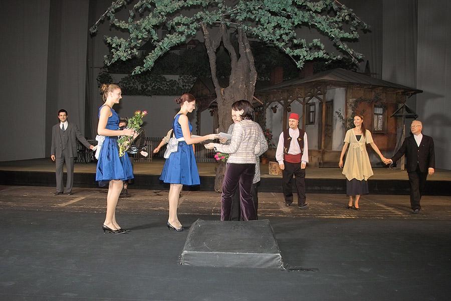 Actorii primesc flori de la organizatorii evenimentului