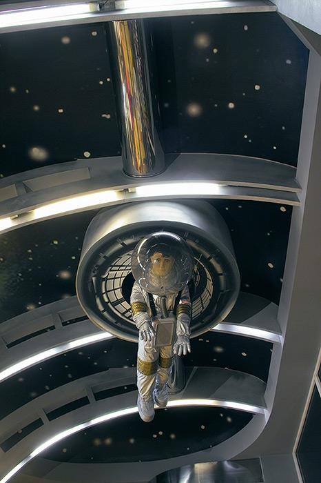 tavan cu astronaut