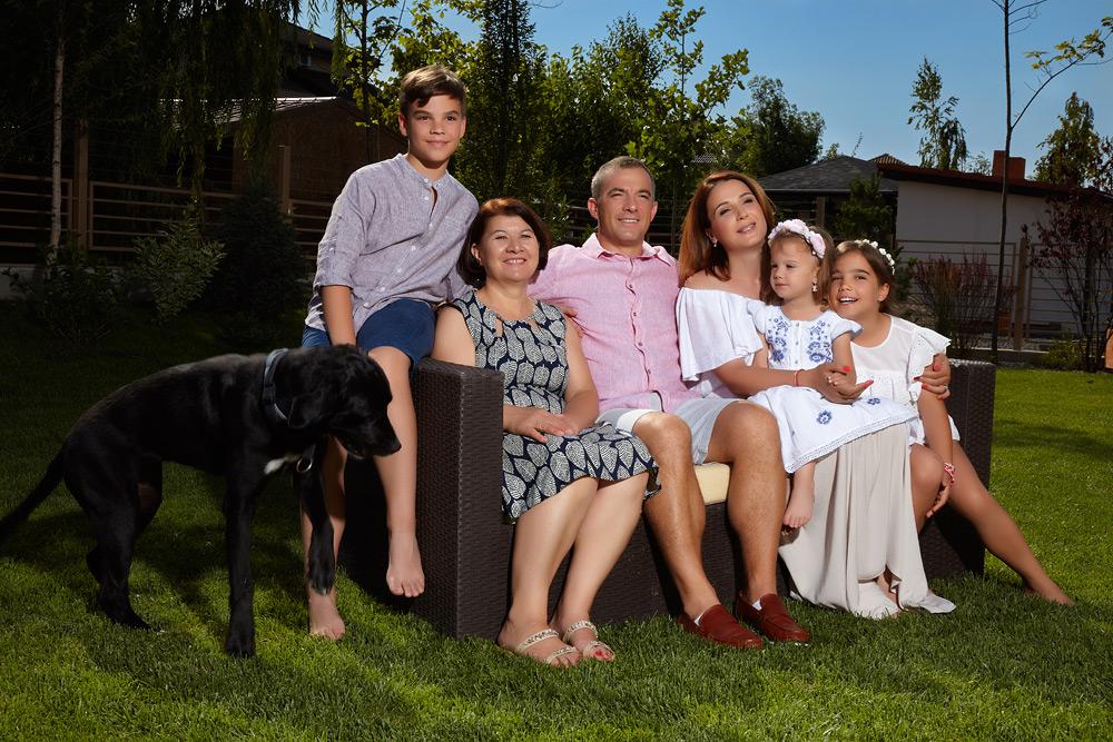 familia in curte pe banca