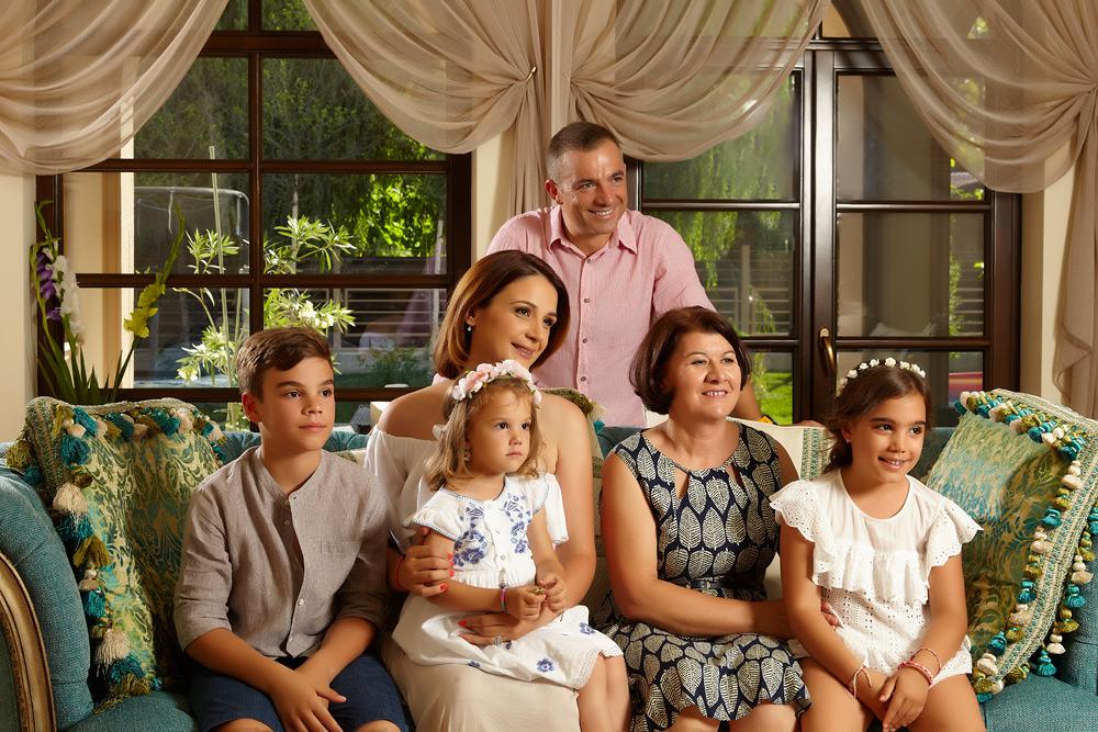familia pe canapea