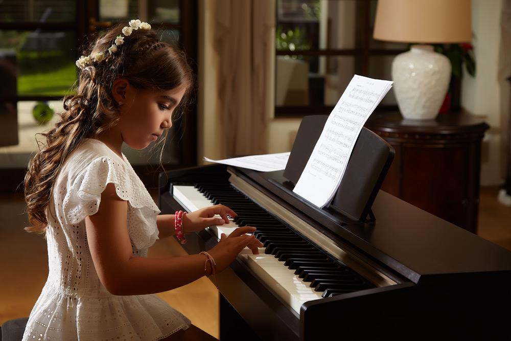 fetita la pian