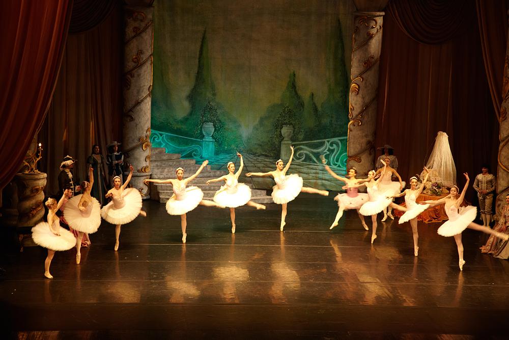 balerine la spectacol organizat de compania Algernon