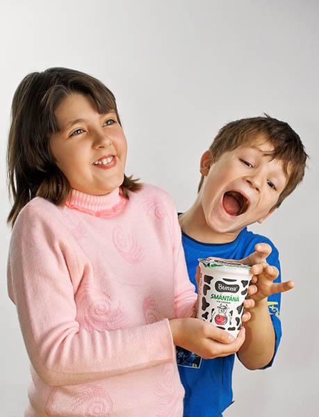reclama cu doi copii