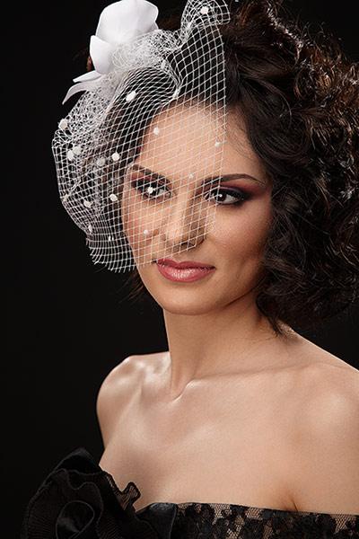 fotomodel cu machiaj profesional, coafura si elemente de styling vestimentar